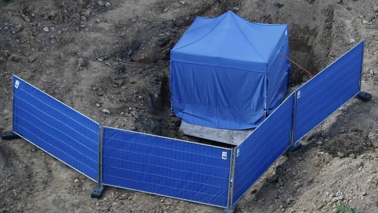 Das blaue Zelt bedeckt die gefundene 1,8 Tonnen schwere Mine aus dem 2. Weltkrieg