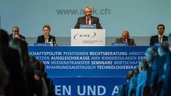 AIHK-Präsident Daniel Knecht (stehend) vor den rund 500 Gästen im Tägerhard in Wettingen.