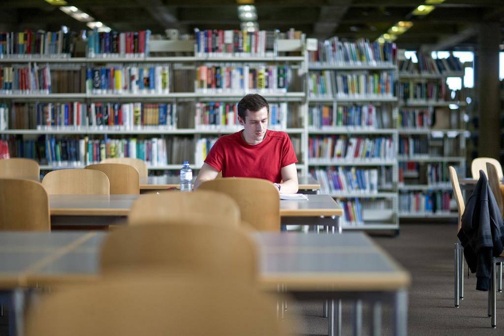 In der Bibliothek ist vor allem in der Lernphase viel los. Bei Semesterbeginn ist es noch ruhig.