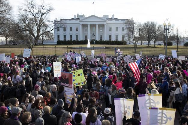 """""""Marsch der Frauen"""" gegen Donald Trump vor dem Weissen Haus in Washington: In 300 US-Städten gingen am Samstag mehrere hunderttausend Personen auf die Strasse."""