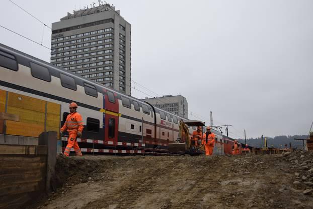 Normaler Zugverkehr neben den Bauarbeiten.