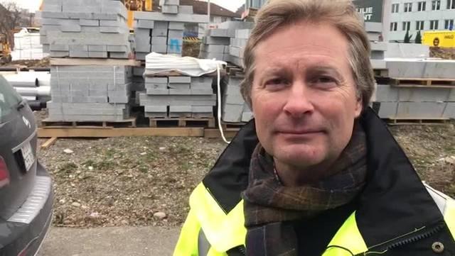 Andreas Bernauer, Projektleiter der für die Verpflanzung zuständige BMB Group, erklärt, weshalb es bei der Baumversetzung zu Verzögerungen gekommen ist.