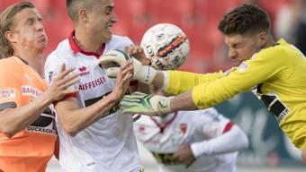 GC-Verteidiger Moritz Bauer (links) bedrängt Sions Goalie Andris Vanins. Ganz links Reto Ziegler