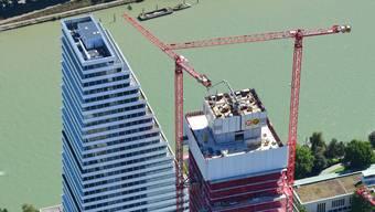 Flankiert von roten Kränen wächst der Bau 2 in die Höhe.