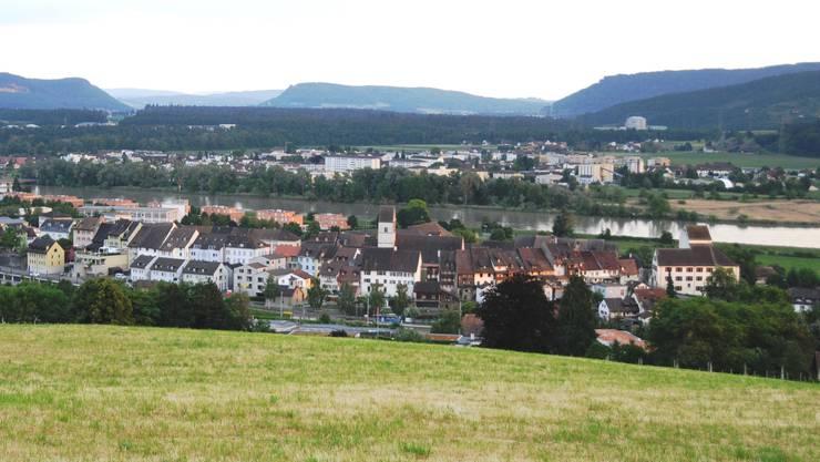 Schöne Aussicht: Blick von der Obermatte, die für den Bau von Einfamilienhäusern erschlossen werden soll, auf das Städtchen Klingnau und den Klingnauer Stausee.