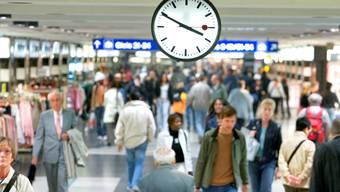 Die Polizei hat in der Nacht auf Sonntag im Hauptbahnhof Zürich zwei Diebe festgenommen. (Archiv)