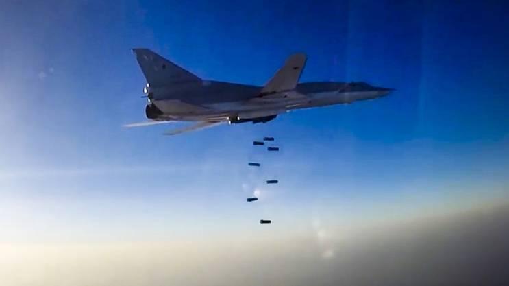 Ein russisches Kampfflugzeug wirft Bomben über Syrien ab. (Archiv)