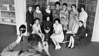 Fotoaufnahme vom Juli 1972 der zwölf ersten Frauen im Parlament im Jahr 1971. Stehend v.l. Elisabeth Blunschy, Hedi Lang, Hanny Thalmann, Helen Meyer, Lilian Uchtenhagen, Josi Meyer und Hanna Sahlfeld. Sitzend v.l. Tilo Frey, Gabrielle Nanchen, Liselotte Spreng, Martha Ribi und Nelly Wicky. (Archiv)