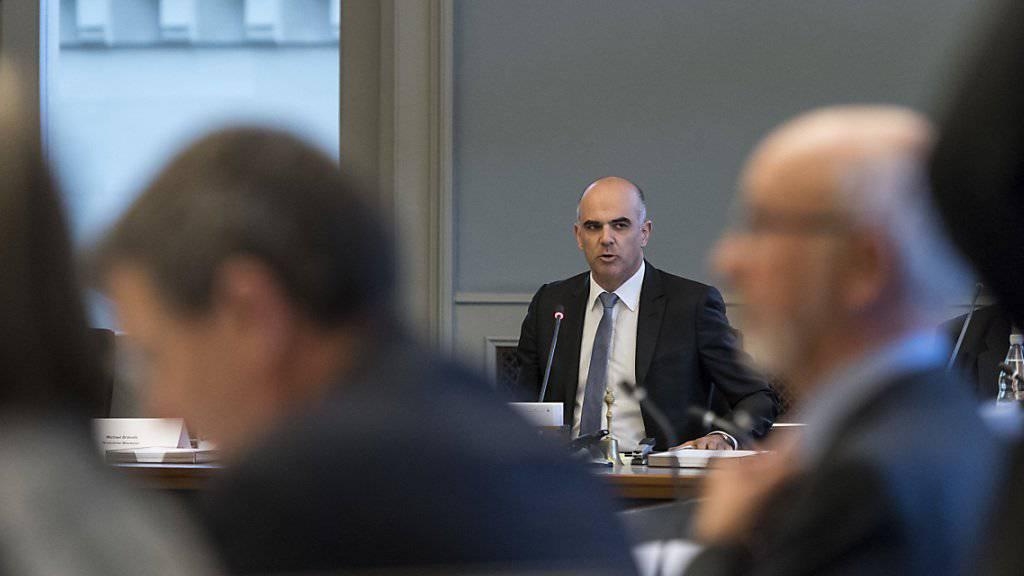Bundesrat Alain Berset am Runden Tisch zur Altersvorsorge. Er hörte sich die verschiedenen Vorstellungen für die neue Rentenreform an.