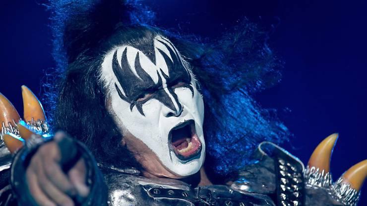 Das Schlagzeugsolo von Kiss-Schlagzeuger Peter Criss ist er Wirtin des aus der Zeit gefallenen Bergrestaurants dann doch zu viel.