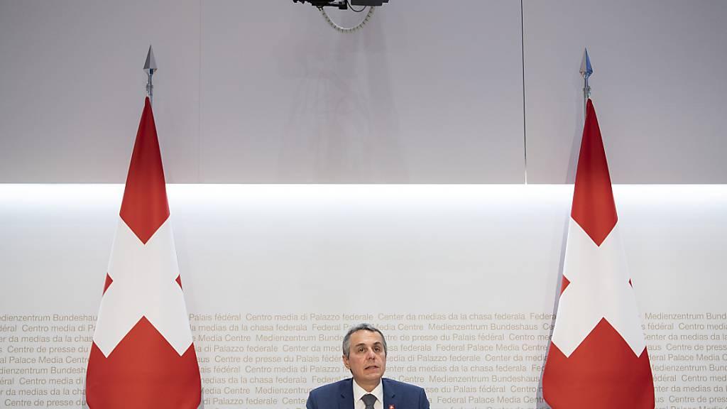 Bundesrat Ignazio Cassis  erklärte am Dienstag vor den Medien in Bern, dass 292 Personen mit Schweizer Bezug von der Schweiz aus Afghanistan evakuiert worden sind.