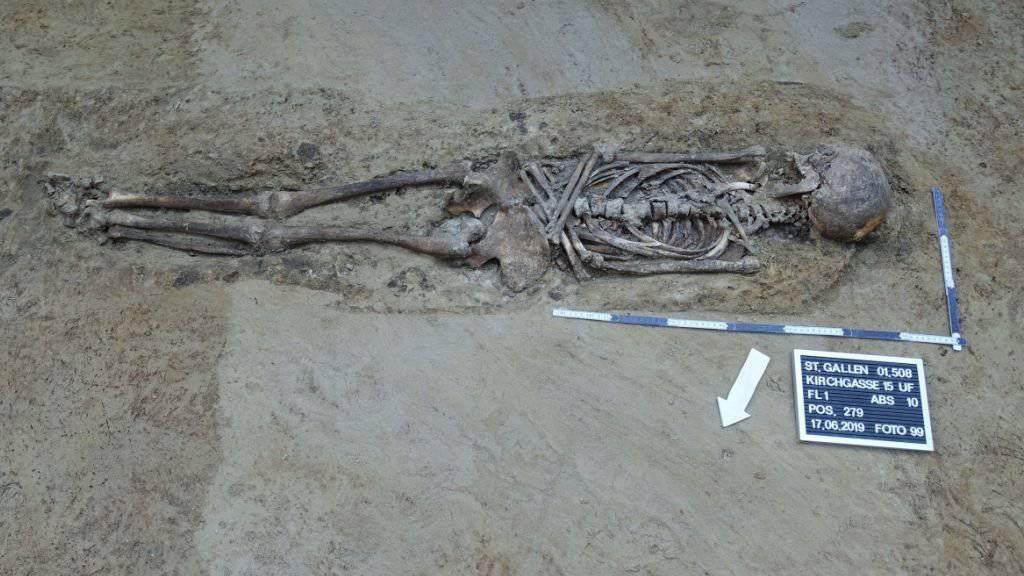 Die Archäologen legten in St. Gallen insgesamt 63 Gräber frei. Darunter etwa ein gut erhaltenes Skelett einer erwachsenen Person (Bild). Die ältesten Funde dürften aus dem Spätmittelalter stammen.