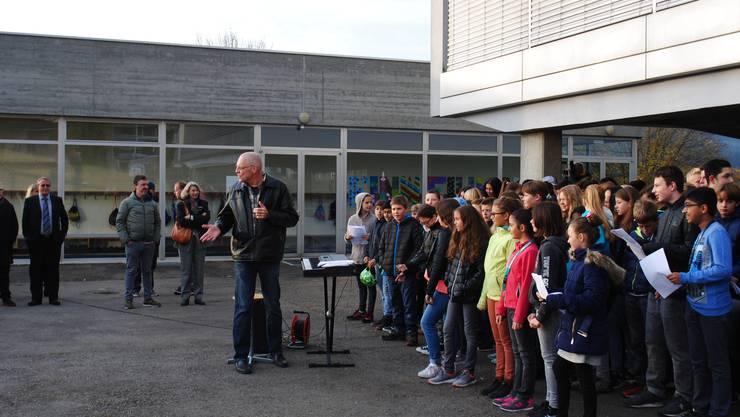 Lehrer Martin Hänzi führte mit seinen Schülern musikalisch durch den Festakt