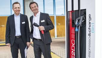 In Anwil kam unlängst noch EBL-Chef Tobias Andrist (rechts; hier mit dem damaligen Gemeindevizepräsidenten Marcel König) zum Zug. Im Fall der Tenniker Autobahnraststätten hat aber die Münchensteiner Primeo die Nase vorn.