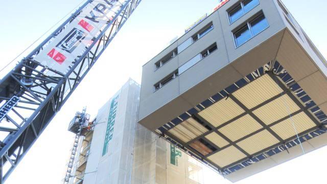 Wohnen in 28 Metern Höhe: Kran hievt Haus auf Silo