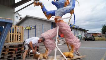 André Gutknecht, alias Bonvalet, schleift die Krallen des imposanten Bremgarter Stadtlöwen; in der Endfassung wird die tierische Kreiselfigur keinen farbenprächtigen, sondern einen eisengrauen Anblick bieten.