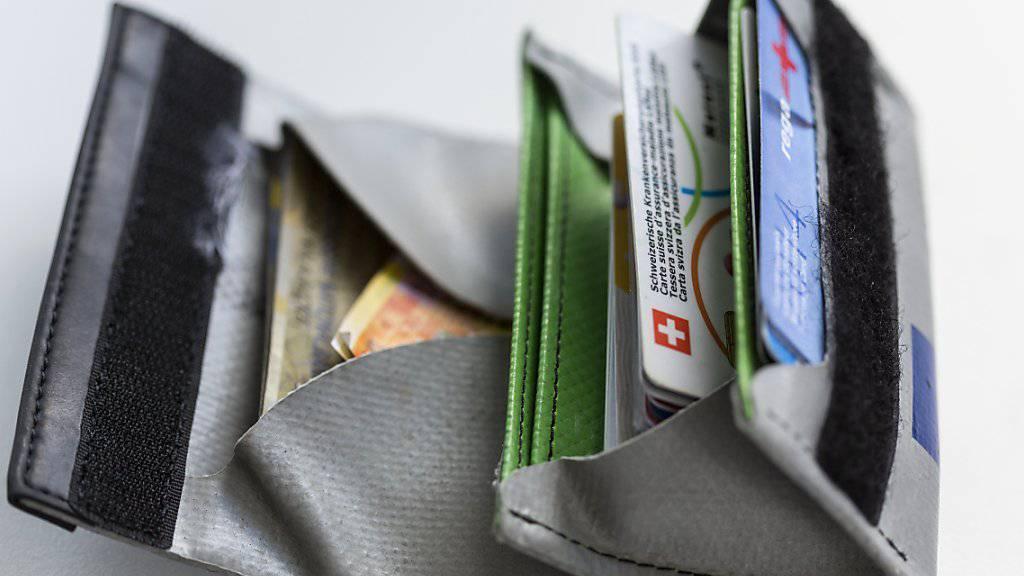 Geld zurück: In neun Kantonen haben Versicherte jahrelang zu hohe Prämien bezahlt. Sie profitieren 2016 von bis zu 86 Franken. (Archivbild)
