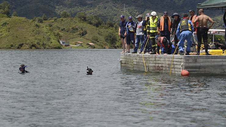 Taucher suchen im Stausee bei Guatapé weiter nach vermissten Bootspassagieren. Am Montag war dort ein Touristenschiff gekentert.