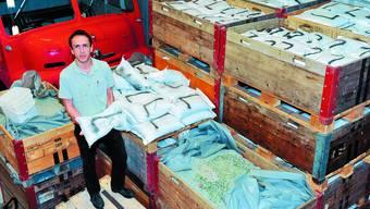 Einsatzbereit: Juan Carlos León hat neben Schalbrettern auch 1000 abgefüllte Glassplittersäcke – mit einem «L» für Luterbach gekennzeichnet – an Lager. (om)