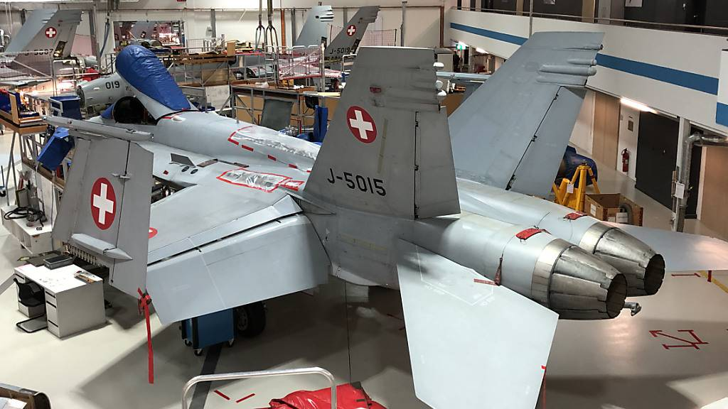 Eine F/A-18 wird im Hangar der Ruag in Emmen LU überprüft. (Archivbild)