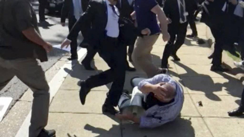 Ein Mitglied aus dem Sicherheitsteam des türkischen Präsidenten Recep Tayyip Erdogan geht bei einem Staatsbesuch in Washington gegen einen kurdischen Demonstranten vor. (Archivbild)