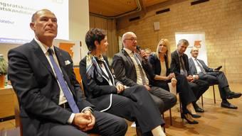 Präsentation der Regierungsratkandidaten: (vlnr) Anton Lauber, Monica Gschwind, Isaac Reber, Christine Hatebur (Moderation), Thomas de Courten und Thomas Weber. Die SP Kandidatin Kathrin Schweizer fehlt.