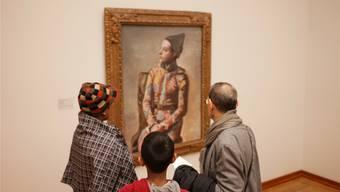 Besucher bewundern Picassos Werk «Sitzender Harlekin».