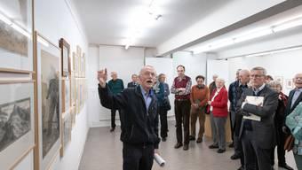 """Stiftungsgründer Heinrich Thommen erläutert die Ausstellung """"Rendezvous"""" im Kunstmuseum Olten."""