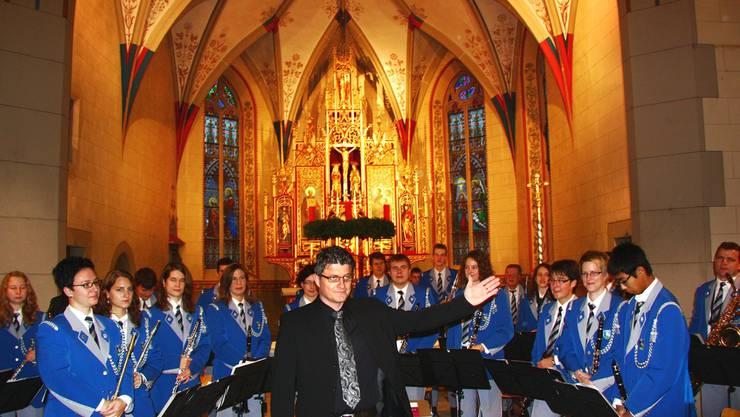 Der abtretende Dirigent Albert Burkard mit den 32 Musikern. th