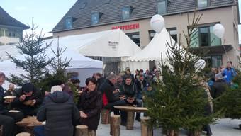 Gemütliches Zusammensein auf dem Vorplatz des Raiffeisenhauses in Frick.