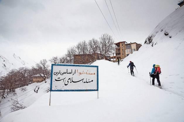 Im Aufstieg zum Berg Eivaneh passieren wir das Dorf Khochireh.