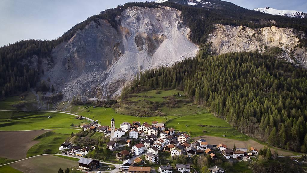Das Bündner Bergdorf Brienz rutscht pro Jahr mehr als einen Meter talwärts. Der Sondierstollen soll helfen, das Problem zu bekämpfen. (Archivbild)