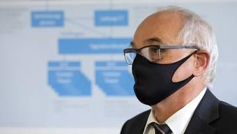 Auch der bernische Gesundheitsdirektor Pierre Alain Schnegg hat es mit dem Problem Brille auf Maske zu tun. (Archiv)