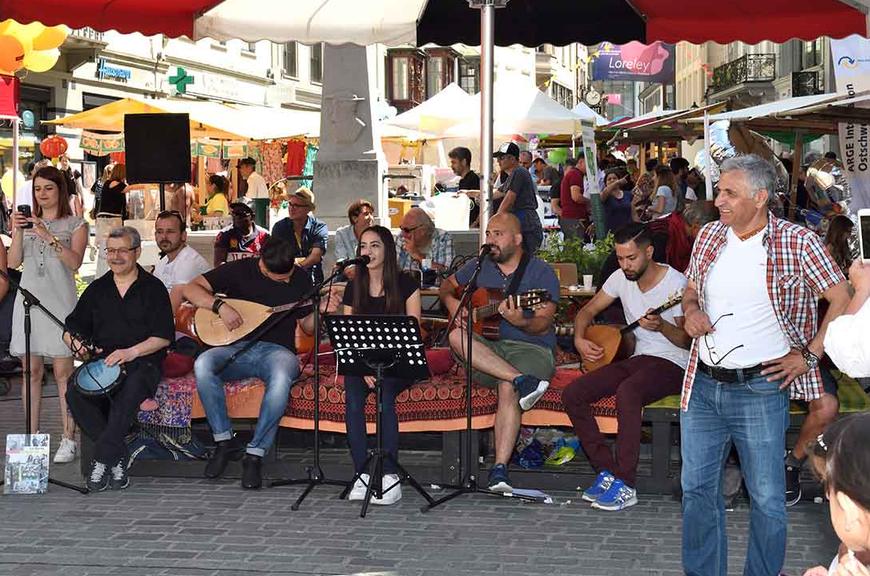Die über 50 beteiligten Organisationen verwandeln die Innenstadt in ein grosses interkulturelles Fest. (Bild: begegnungstag.ch)