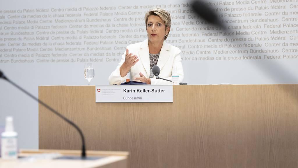 «Wir können auch nicht einfach willkürlich 10'000  Menschen auswählen»: Bundesrätin Karin Keller-Sutter. (Archivbild)