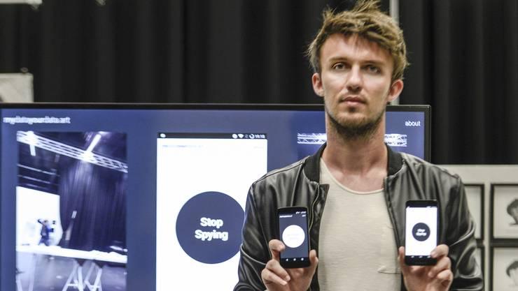Die Kunst der Internetspionage: Lazar Jeremic und die Handys, die von alleine Bilder von unserem Fotografen schiessen.