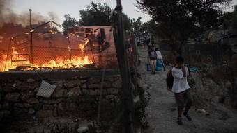 Brände haben in der Nacht auf Mittwoch grosse Teile des Flüchtlingslagers Moria auf der griechischen Insel Lesbos zerstört. (Archiv)