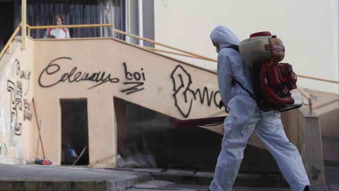 In Thessaloniki wird ein Schulhaus wegen des Coronavirus gereinigt.
