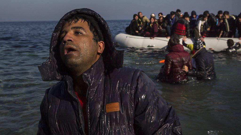 Der Nationalrat fordert in der Flüchtlingskrise Hilfe für Griechenland. Im Bild Flüchtlinge bei der Ankunft auf der griechischen Insel Lesbos. (Archiv)