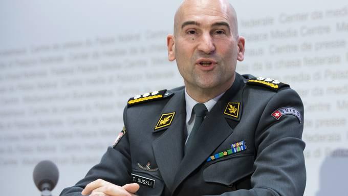 Der Armeechef weist zurzeit keine Coronasymptome auf und führt die Geschäfte von zu Hause fort.