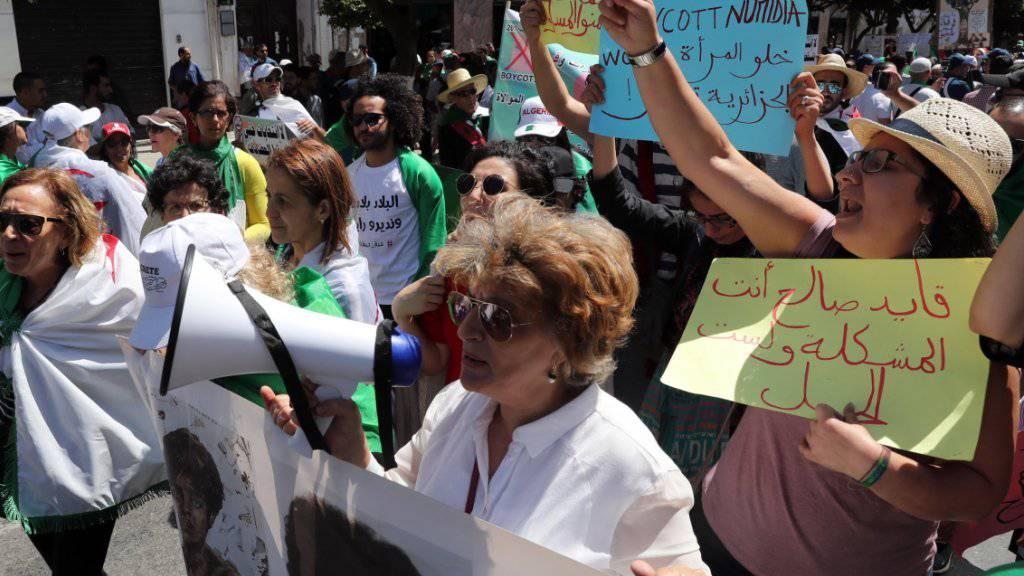 Hunderttausende Menschen forderten am Freitag erneut grundlegende politische Reformen in Algerien. Die Proteste wandten sich auch gegen den starken Einfluss des Militärs auf die Politik.