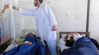 Afghanische Schülerinnen mit Vergiftungserscheinungen werden verarztet (Archiv)