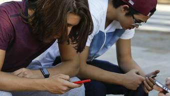 Ab kommendem Montag dürfen Zürcher Schüler auch im Unterricht wieder ihr Smartphone zücken. (Symbolbild)