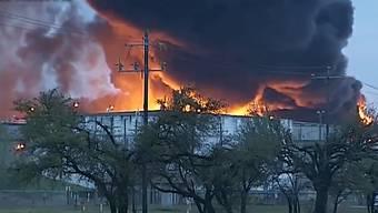 In einem Chemiewerk in der Nähe von Houston brennt es seit Sonntag. Die Flammen hatten mehrere Grosstanks erfasst.