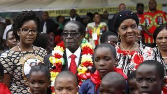 Feiert pompös und erntet Kritik: Robert Mugabe (Mitte)