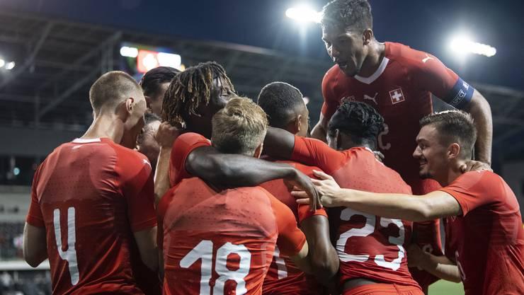 Kevin Rüegg (ganz rechts) und seine Kollegen bejubeln den 4:1-Sieg gegen die Slowakei.