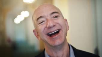 Er hat gut lachen - Jeff Bezos bleibt der reichste Mensch der Welt. (Archivbild)