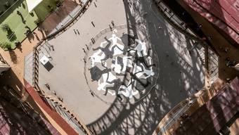 Cleon Petersons Strassengraffito unter dem Eiffelturm beschwört die Einigkeit der Menschen. (Instagram)