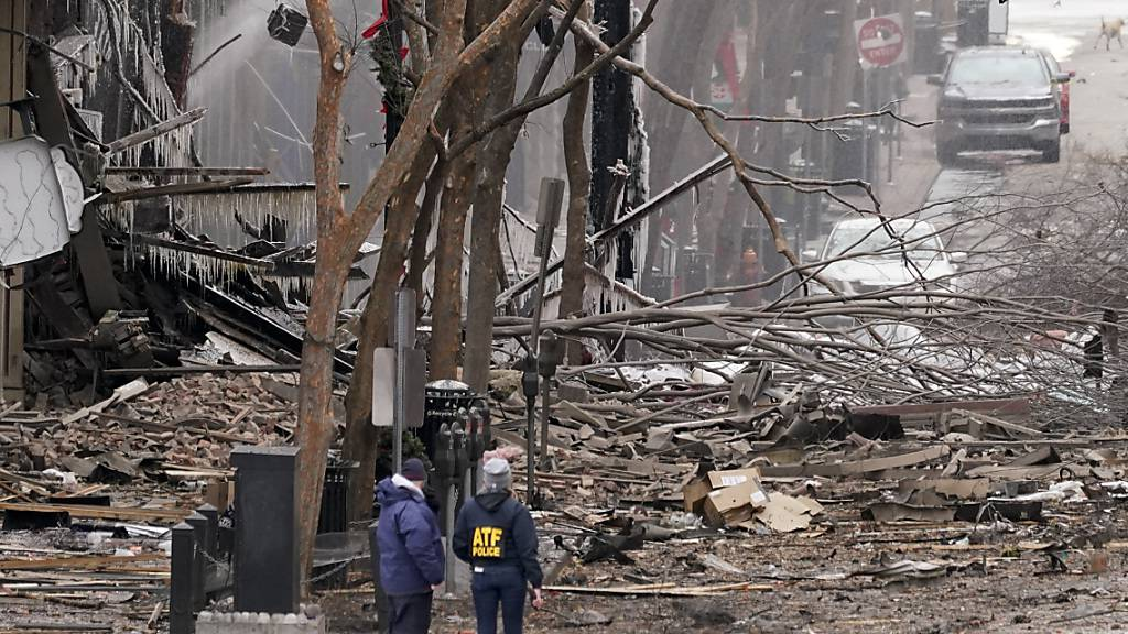 dpatopbilder - Heftige Explosion in der Innenstadt von Nashville: Einsatzkräfte sind am 1. Weihnachtsfeiertag vor Ort. Foto: Mark Humphrey/AP/dpa