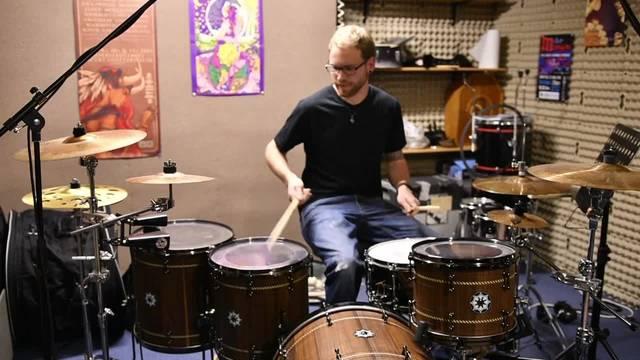 Der Schreiner Raffael Fürst aus Gretzenbach hat sich aus amerikanischer Eiche selbst ein Schlagzeug gefertigt.